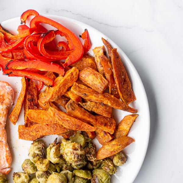 Losos s sladkim krompirjem in zelenjavo - pečen sladki krompir