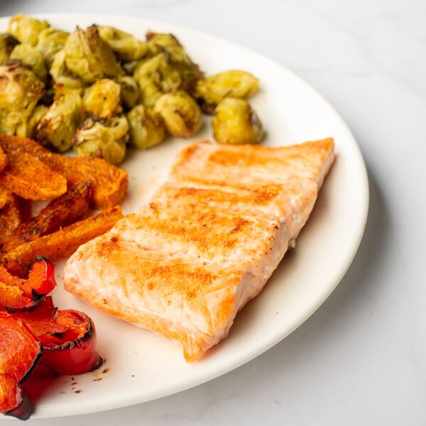 Losos s sladkim krompirjem in zelenjavo - popečen losos