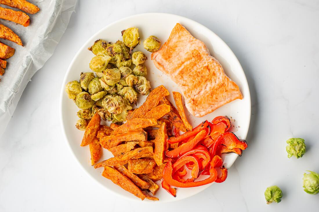 Losos s sladkim krompirjem in zelenjavo - recept