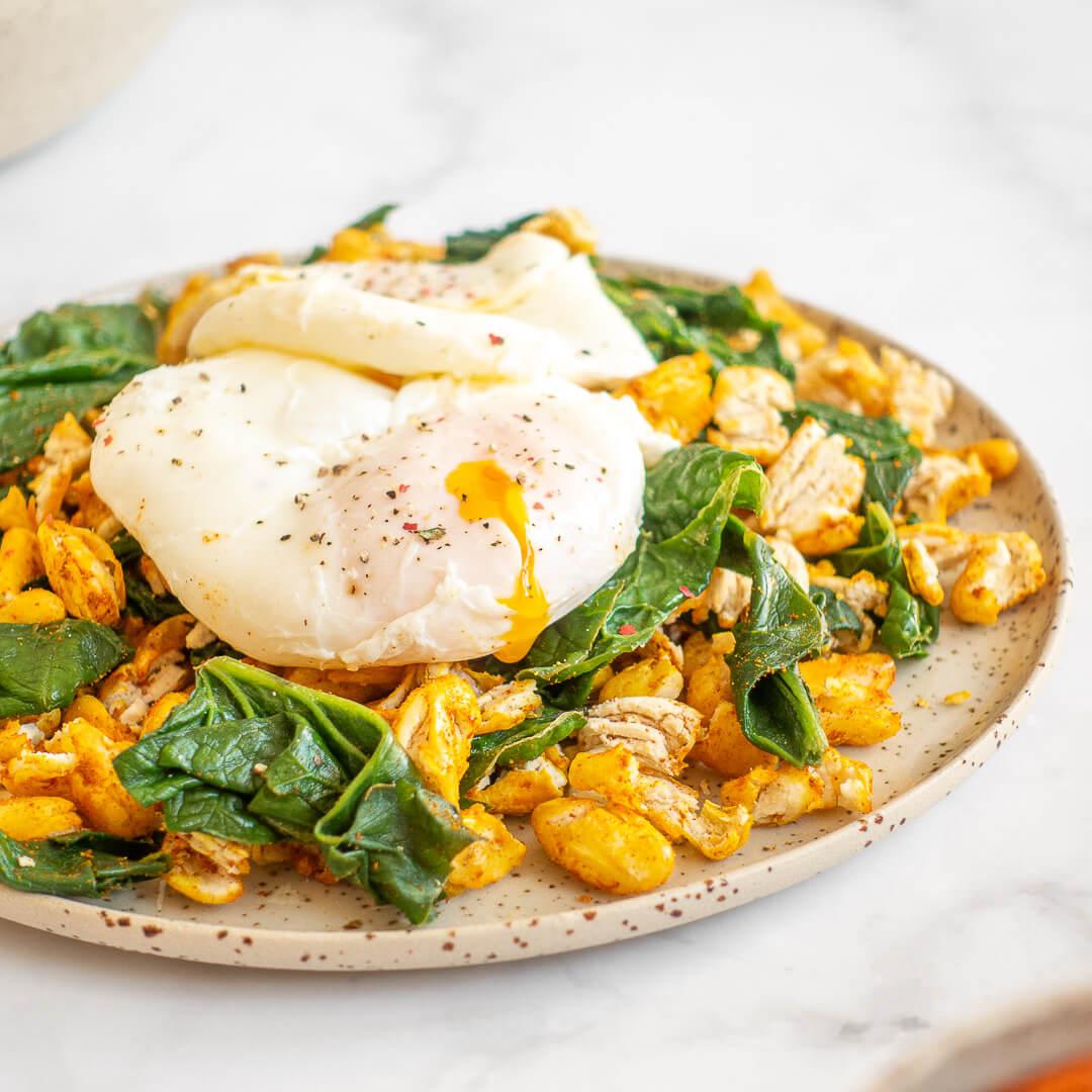 Pečen beli fižol z jajci in špinačo